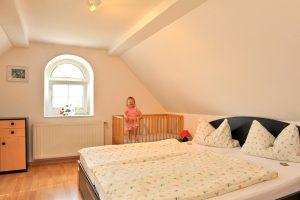 Hof Türke Moritzburg - Ferienwohnung Schlossblick - Schlafzimmer mit Kinderbett