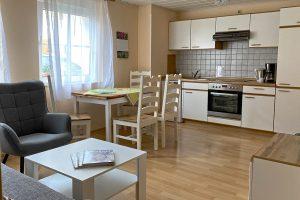 Hof Türke Moritzburg - Kleine Ferienwohnung - Wohnzimmer mit Küchenzeile